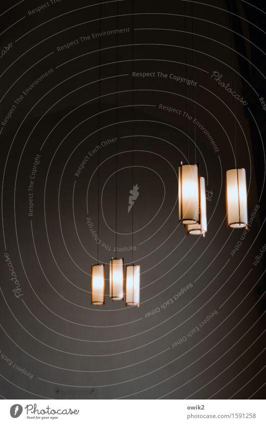 Kirchenlicht Lampenlicht hängen dunkel dünn fest hoch oben Beleuchtung Beleuchtungselement Kabel beweglich Schwerelosigkeit Empore Farbfoto Innenaufnahme