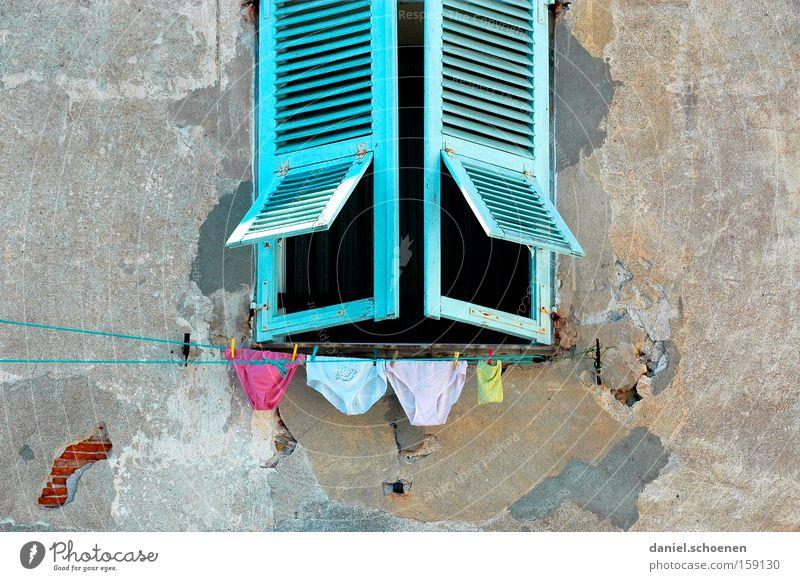 trockene Höschen alt blau Ferien & Urlaub & Reisen Farbe Fenster Bekleidung Fassade Reisefotografie Frankreich Unterwäsche Wäsche malerisch