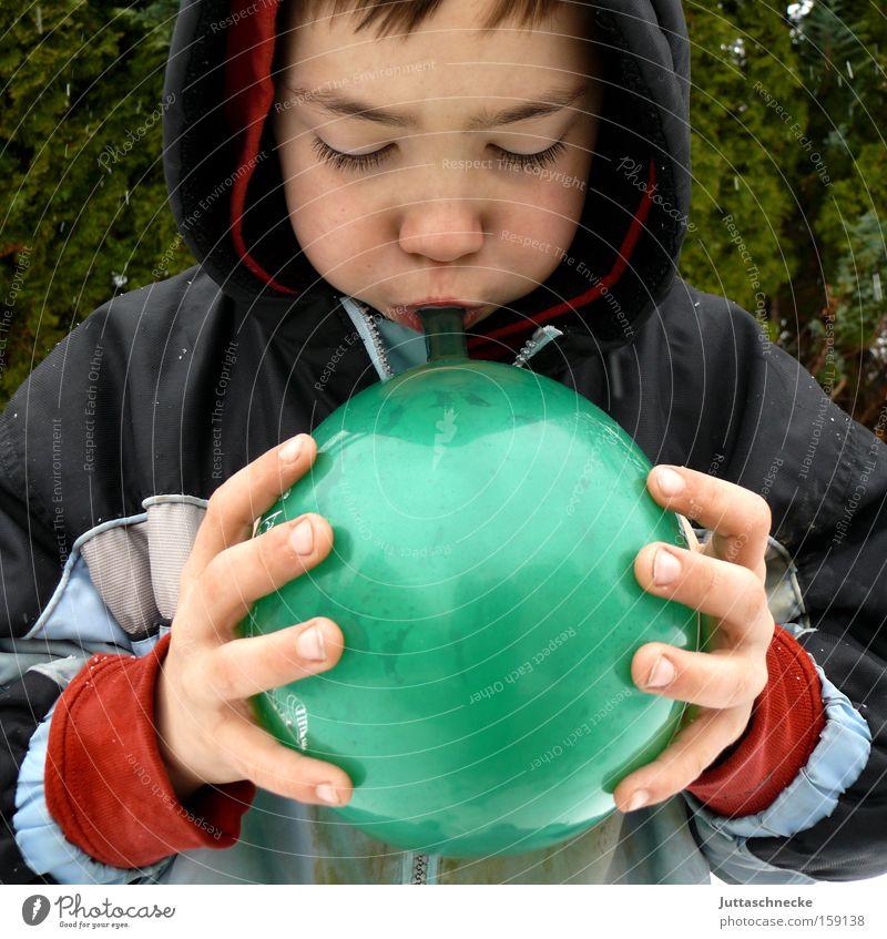 Bis er platzt Kind grün Freude Junge Erfolg Luftballon Kindheit blasen anstrengen Kapuze