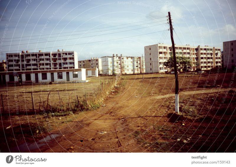 plattenbausiedlung alt Stadt Architektur verfallen analog Kuba Plattenbau Sechziger Jahre Wohnsiedlung Vorstadt Schotterstraße