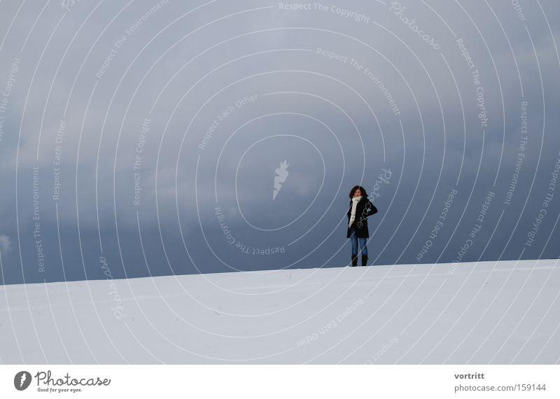 zwischen Himmel und Erde Frau Mensch Himmel weiß blau Winter Wolken Einsamkeit kalt Schnee grau Nebel Erde stehen