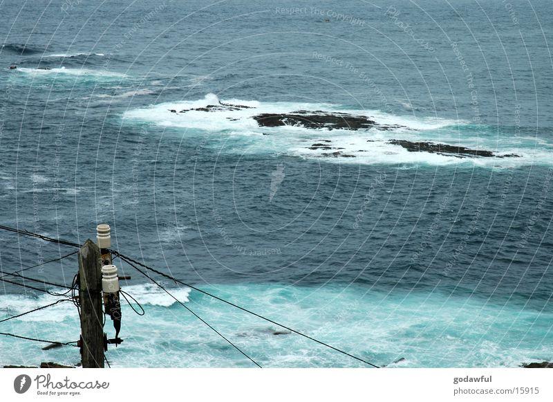 elektrifizierte Brandung Wasser Küste Felsen Elektrizität Kabel Leitung