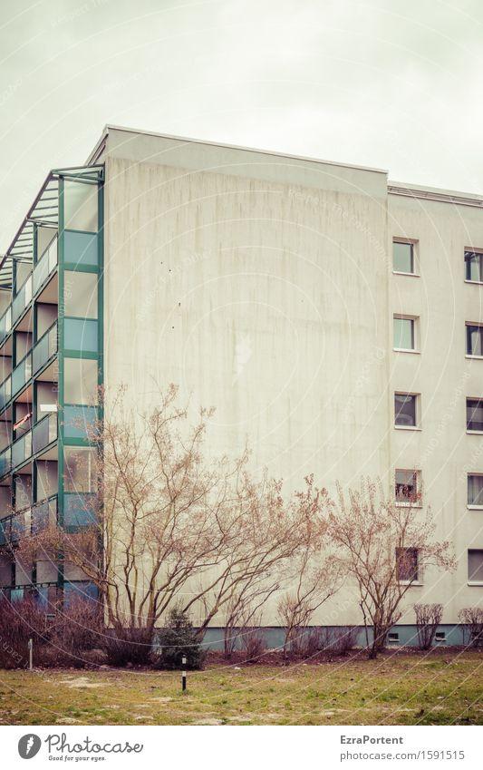 un bloc Häusliches Leben Wohnung Himmel Baum Gras Sträucher Stadt Haus Bauwerk Gebäude Architektur Mauer Wand Fassade Balkon Fenster blau grau grün Farbfoto