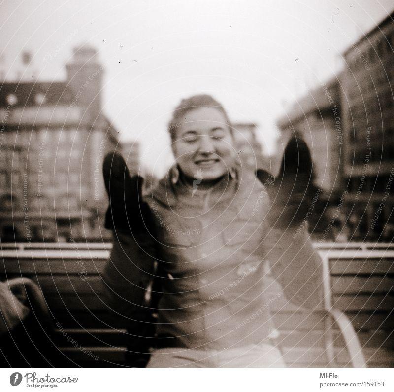unser lachen wird noch ewig durch die strassen hallen Stadt Freude Klatschen analog Mittelformat trashig schwarz weiß yeah yeah 6x6