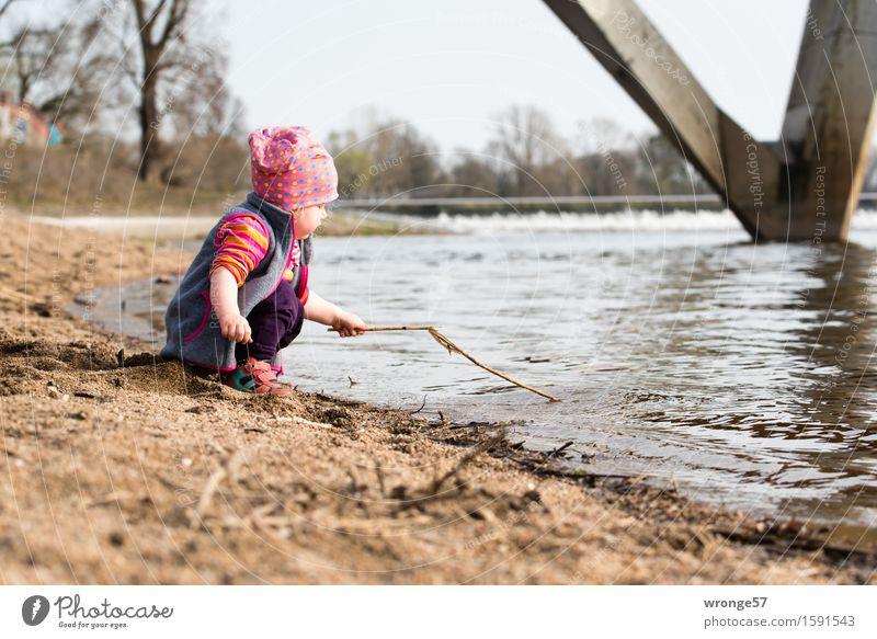 Spielen am Fluss II Mensch Kind Kleinkind Mädchen 1 1-3 Jahre Wasser Frühling Herbst Wasserfall nass braun grau rot spielend Flussufer Elbe Farbfoto