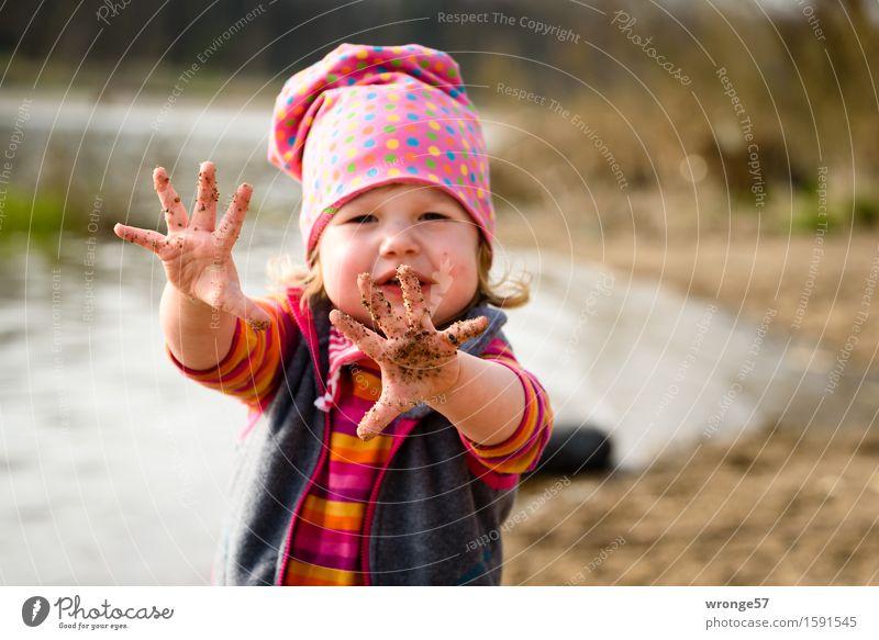 Schmutzfinger Spielen Abenteuer Mensch feminin Kind Kleinkind Mädchen 1 1-3 Jahre Frühling Schönes Wetter Flussufer Strand dreckig nass braun grau rosa rot
