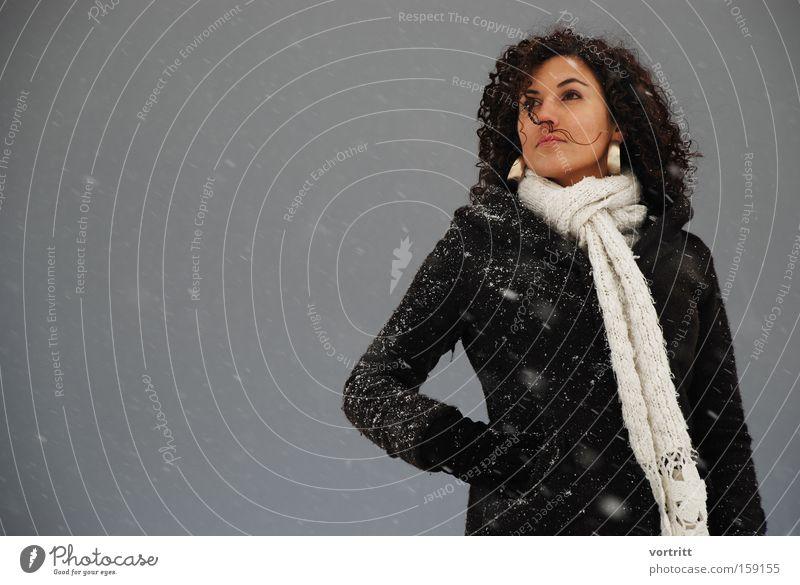 100 Frau Mensch Winter dunkel Schnee Wind Körperhaltung Model Schmuck Ohrringe Jubiläum Flocke Schneesturm