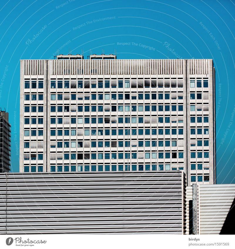 Urbane Räume Büro Mittelstand Unternehmen Wolkenloser Himmel Schönes Wetter Stadt Haus Hochhaus Fassade Fenster Linie ästhetisch eckig blau grau Sicherheit