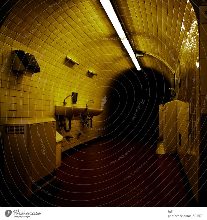 am Ende des Regenbogens Öffentlicher Dienst Tunnel gefährlich Badezimmeratmosphäre Duschkabinenmarke öffentliche Toilette WC Lichtgestaltung dunkles Ende