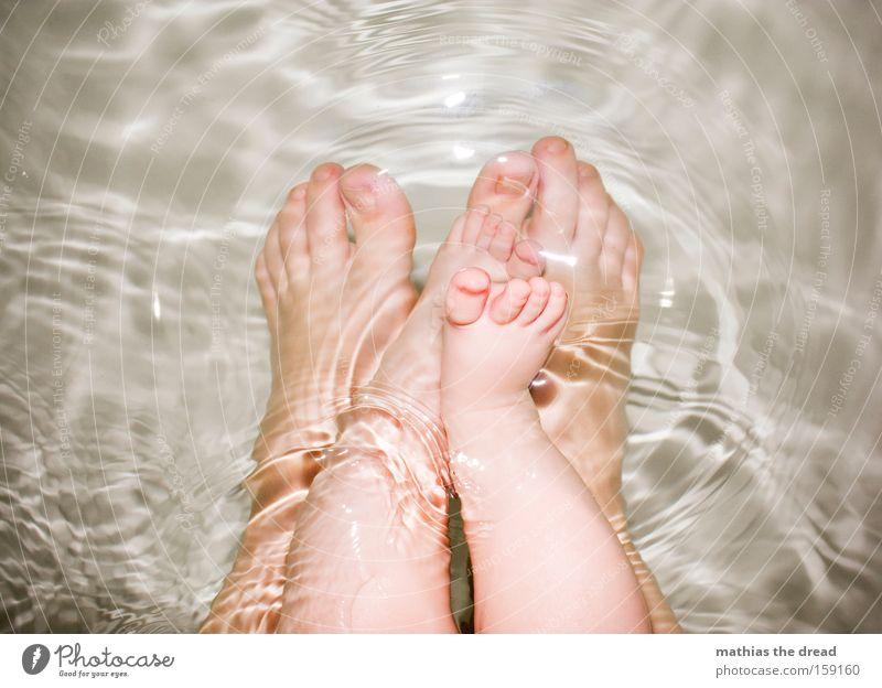 PLANTSCHE FÜßE Mensch Kind Wasser schön klein Beine Fuß Zusammensein Baby Schwimmen & Baden süß Mutter Bad Vertrauen Badewanne Kleinkind