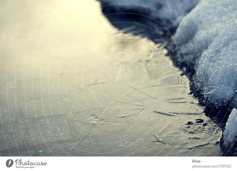 Winterpfütze Pfütze Eis gefroren Schnee Kopfsteinpflaster kalt Licht Regen Frost Glätte Wasser gefährlich Schlittschuhlaufen See bedrohlich