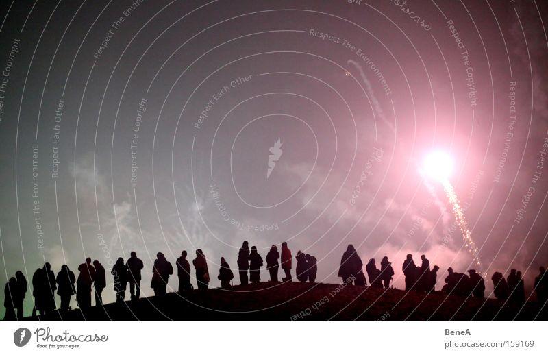 Feuerwerk Mensch Himmel Freude schwarz Berge u. Gebirge Menschengruppe Paar Freundschaft Feste & Feiern rosa fliegen Freizeit & Hobby Beginn Hügel genießen