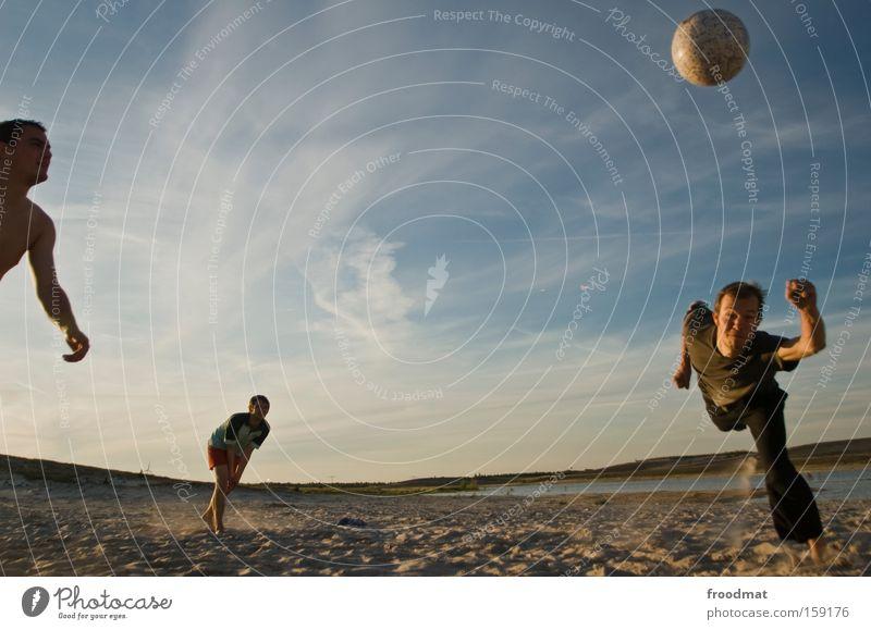 punktspiel Mann Jugendliche Sonne Sommer springen Spielen Wärme Sand Coolness Ball Konzentration sportlich Spannung Barfuß Volleyball Ballsport