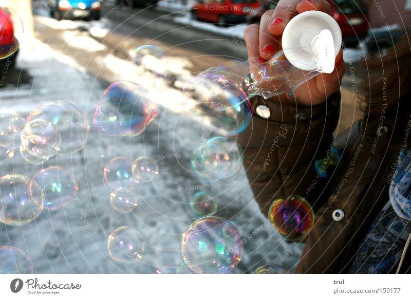 Don't be afraid of letting go. Mädchen Freude Straße Farbe Wege & Pfade PKW Arme KFZ Jacke blasen Seifenblase Regenbogen Schneespur