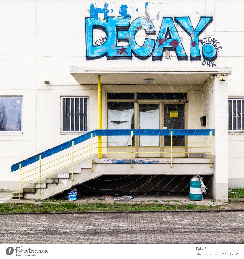 Verfall alt Einsamkeit Haus Fenster Wand Graffiti Senior Gebäude Mauer Kunst Fassade Treppe dreckig Tür trist Jugendkultur