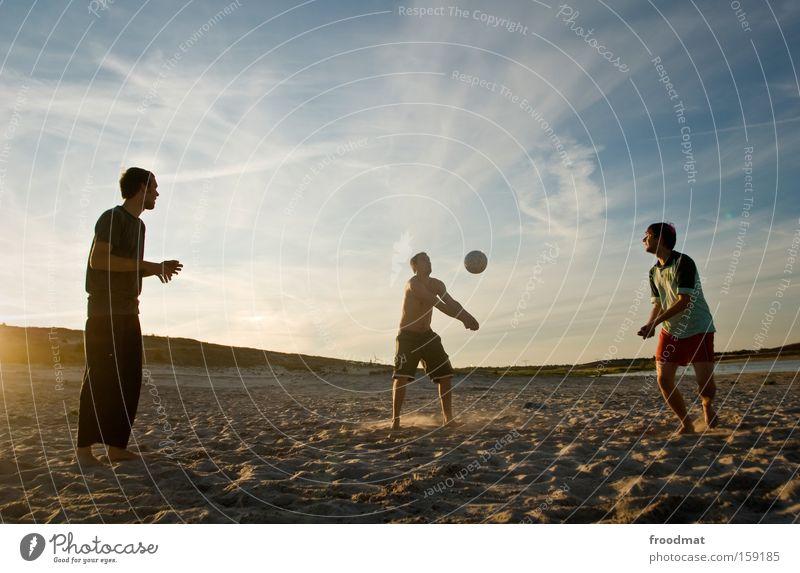Defence Silhouette Sand Ball Sonne Gegenlicht Jugendliche Coolness Wärme sportlich Spielen Sonnenuntergang Volleyball springen Mann Barfuß Spannung Sport Sommer