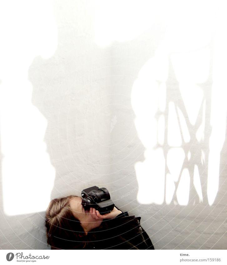 HB09.1 - Making of 159128 (ghostly inspired) Frau weiß feminin Wand oben Mauer Erwachsene Ecke Fotokamera Lomografie Fotograf Richtung Fotografieren vertikal