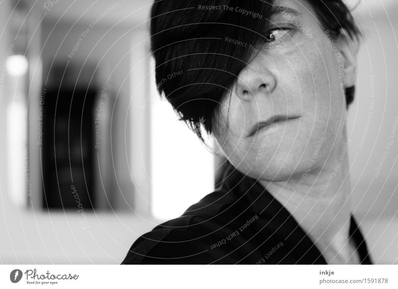 Remix | Einaugenportrait Stil Frau Erwachsene Leben Haare & Frisuren Gesicht 1 Mensch Blick außergewöhnlich drehen Körperhaltung Scheitel Pony Schwarzweißfoto