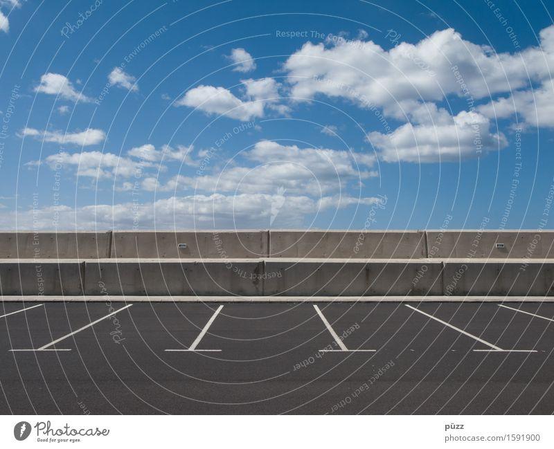 Parkplatz Himmel Wolken Schönes Wetter Menschenleer Verkehr Verkehrswege Straßenverkehr Autofahren Stein Beton blau grau weiß Horizont Ferne parken Parkbucht