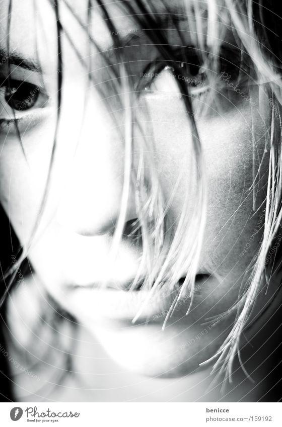 Blick Frau Blick in die Kamera Haarsträhne Einsamkeit Porträt Trauer schön Schwarzweißfoto Lippen intensiv Vertrauen Haare & Frisuren Jugendliche