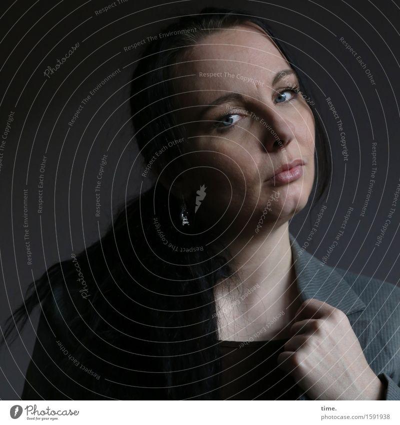 Narula feminin 1 Mensch Jacke schwarzhaarig langhaarig Zopf beobachten Denken Blick warten selbstbewußt Coolness Willensstärke Wachsamkeit Gelassenheit ruhig