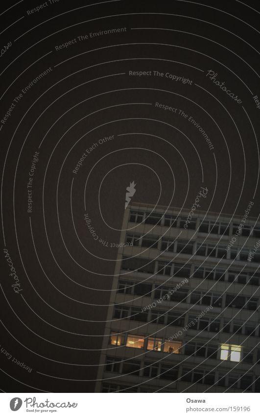 Nachtschicht Architektur Hochhaus Bürogebäude Fassade Licht Schichtarbeit Arbeit & Erwerbstätigkeit Fenster Lichtschein Einblick Perspektive
