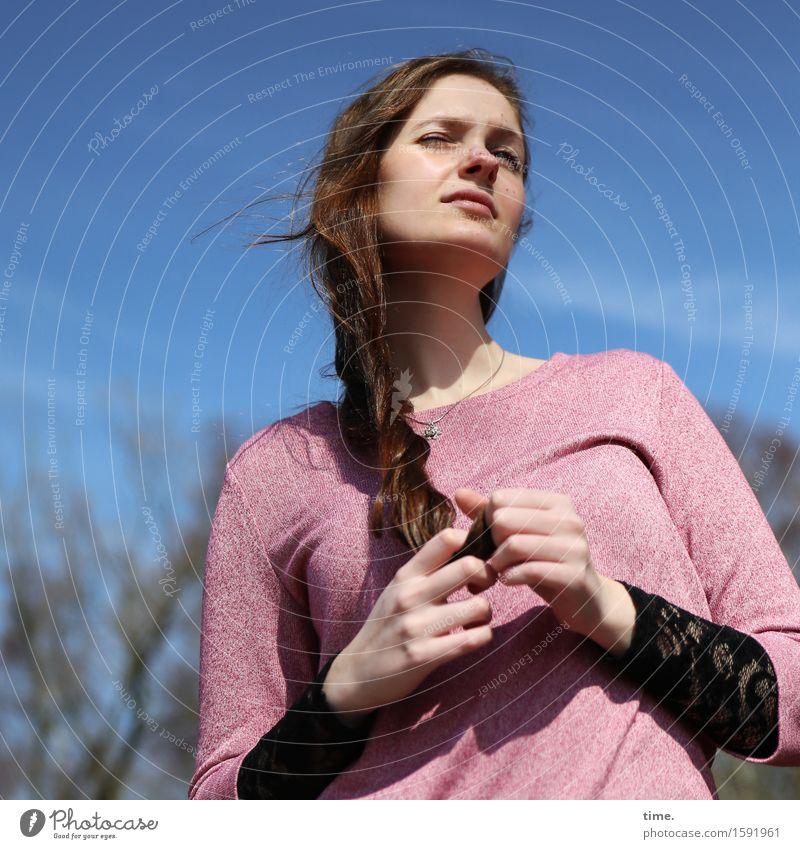 . feminin 1 Mensch Himmel Schönes Wetter Wald Pullover brünett langhaarig beobachten Denken Blick warten Neugier schön Coolness Sicherheit Wachsamkeit