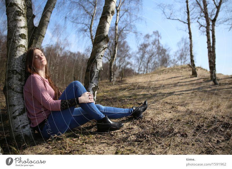 . feminin 1 Mensch Landschaft Sand Schönes Wetter Baum Birke Birkenwald Wald T-Shirt Jeanshose brünett langhaarig sitzen natürlich schön Zufriedenheit