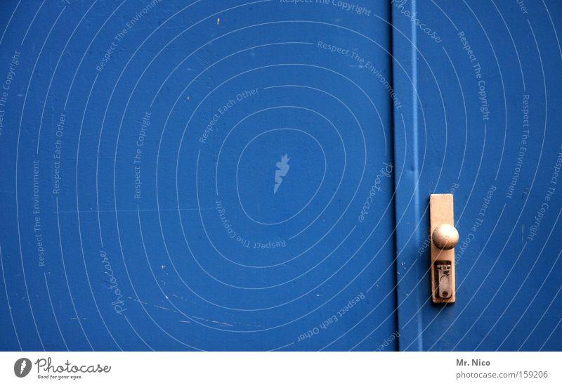 blau zu blau Industrie Tor Tür Sicherheit gefährlich Griff Notausgang Fluchtweg geschlossen Eingang Ausgang stahltür feuertür blue türknopf Metalltür Farbfoto