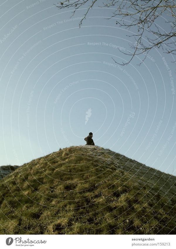 [HB 09.1] lost in bremen. Mensch Natur blau grün Einsamkeit Berge u. Gebirge Frühling klein Hügel Ast Mitte verloren Bergsteigen Bremen verirrt
