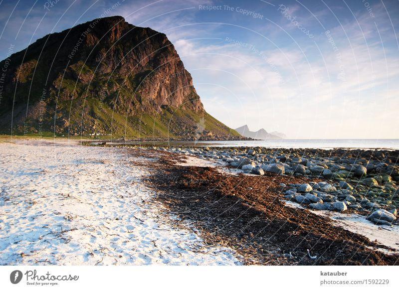 typisch lofoten Landschaft Sand Wasser Schönes Wetter algen Hügel Felsen Küste Strand Stein Norwegen Lofoten Unendlichkeit natürlich schön Abenteuer Einsamkeit