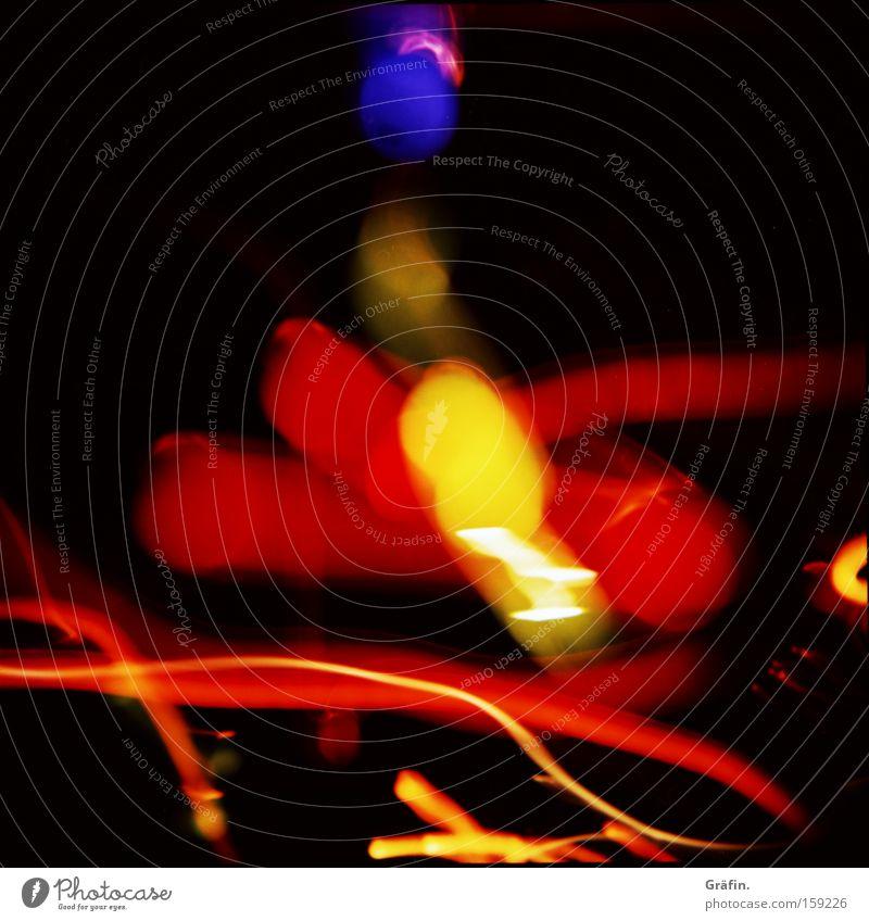 Schlaf in den Augen Holga Glühbirne Lichterkette mehrfarbig Streifen rot gelb grün blau Doppelbelichtung Experiment Unschärfe Nacht dunkel Langzeitbelichtung
