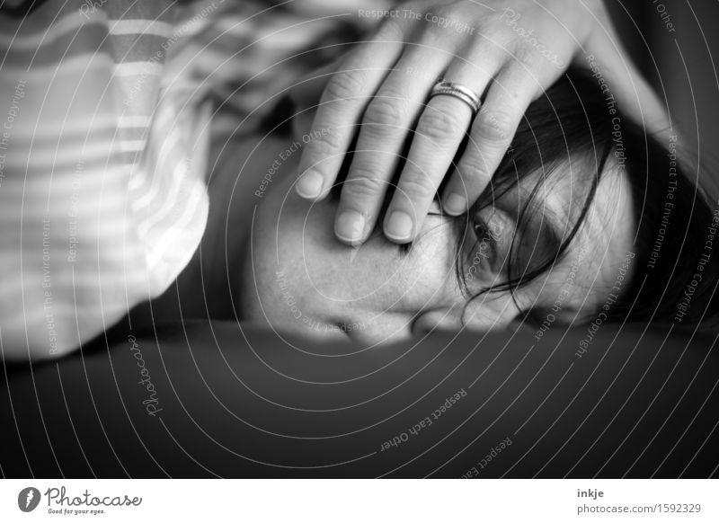 Selbstportrait | Faultier Lifestyle Krankheit Erholung ruhig Häusliches Leben Bett Frau Erwachsene Gesicht Hand 1 Mensch 30-45 Jahre liegen Blick schlafen