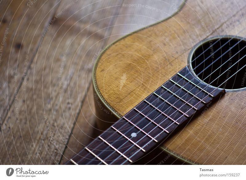 Gleich und gleich... Holz Bodenbelag Gitarre Musikinstrument Saite zupfen alt Riss Makroaufnahme Nahaufnahme Vergänglichkeit anschlagen spuren der Zeit