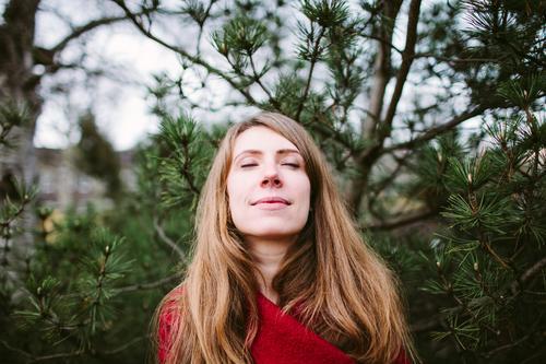 Genießerin Freiheit Junge Frau Jugendliche Erwachsene Leben 18-30 Jahre Natur Herbst Pflanze Baum Kiefer Nadelbaum brünett langhaarig atmen träumen