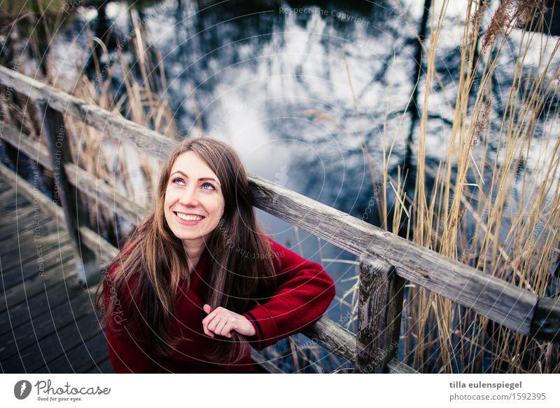 . Mensch Frau Natur Jugendliche blau schön Junge Frau rot Winter 18-30 Jahre kalt Erwachsene Umwelt Herbst Gras feminin