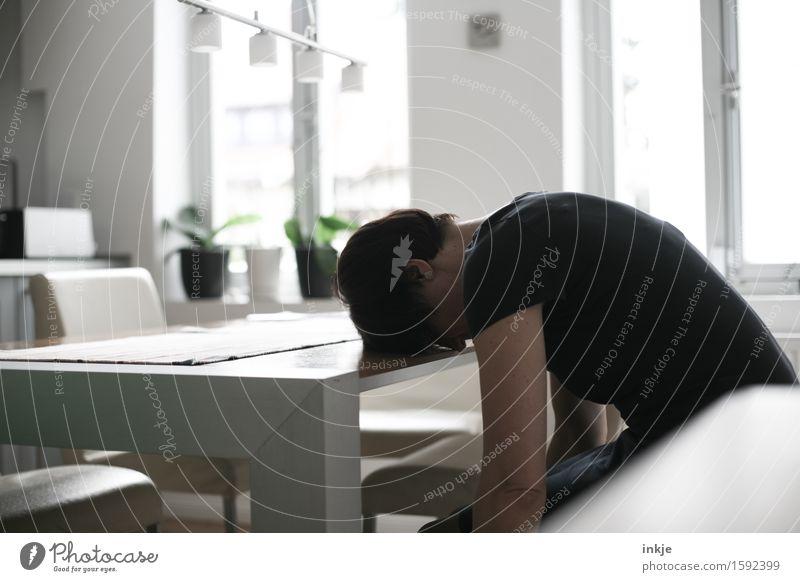 Zu Hause bist immer nur Du. Mensch Frau Einsamkeit Erwachsene Leben Traurigkeit Gefühle Lifestyle Stimmung Wohnung Raum Häusliches Leben Körper Rücken warten