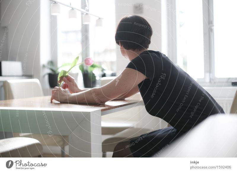 vermissen Lifestyle Stil Häusliches Leben Wohnung Tisch Raum Küche Esszimmer Frau Erwachsene Körper 1 Mensch 30-45 Jahre Frühling Sommer Blume Tulpe träumen