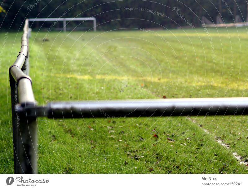 {__ Sportplatz Sportrasen grün Barriere krumm Sportverein Wiese Spielfeld Freizeit & Hobby Stehplatz Ballsport Spielen Fußball bolzplatz treten vereinsgelände