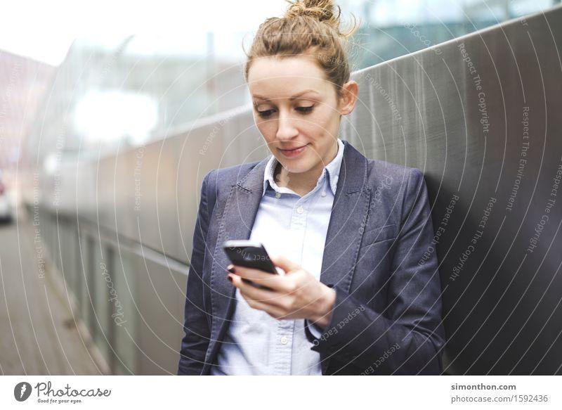 always online Mensch Jugendliche 18-30 Jahre Erwachsene Wand sprechen feminin Lifestyle Mauer Denken Business Arbeit & Erwerbstätigkeit Erfolg Telekommunikation beobachten kaufen