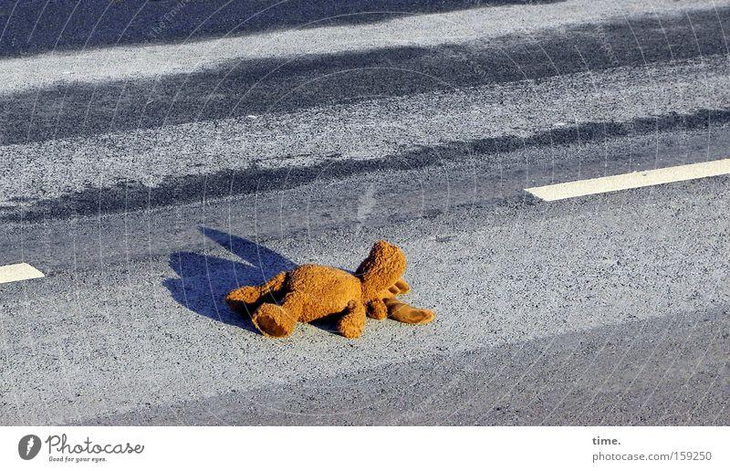 HB09.1 - Sonnenbad am autofreien Samstag (reconquer the street) Straße Erholung Verkehr schlafen gefährlich liegen Asphalt Vertrauen Streifen Spielzeug Verkehrswege diagonal Elch Stofftiere Mittelstreifen