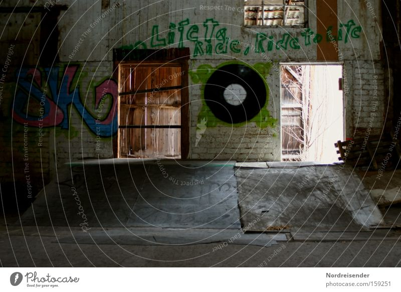 Halfpipe Farbfoto mehrfarbig Innenaufnahme Menschenleer Textfreiraum unten Licht Schatten Kontrast Lifestyle Freude Leben Freizeit & Hobby Spielen Subkultur