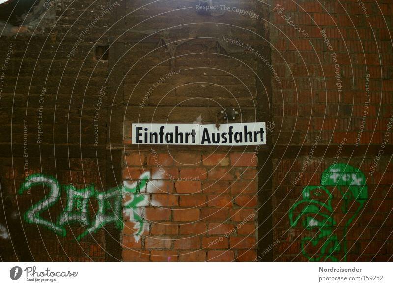 wie jetzt Freude Baustelle Subkultur Fabrik Mauer Wand Wege & Pfade Backstein Schilder & Markierungen Graffiti alt entdecken dreckig dunkel Farbe