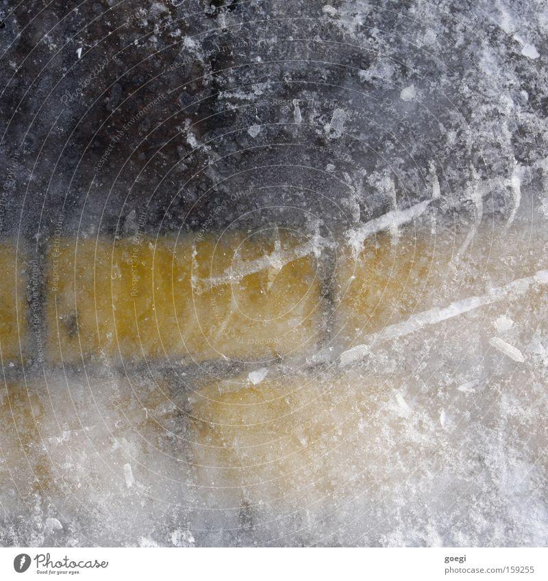 Eis(park)feld weiß Winter schwarz gelb kalt Eis Linie nass Schilder & Markierungen Frost Spuren fest frieren Verkehrswege Parkplatz Textfreiraum