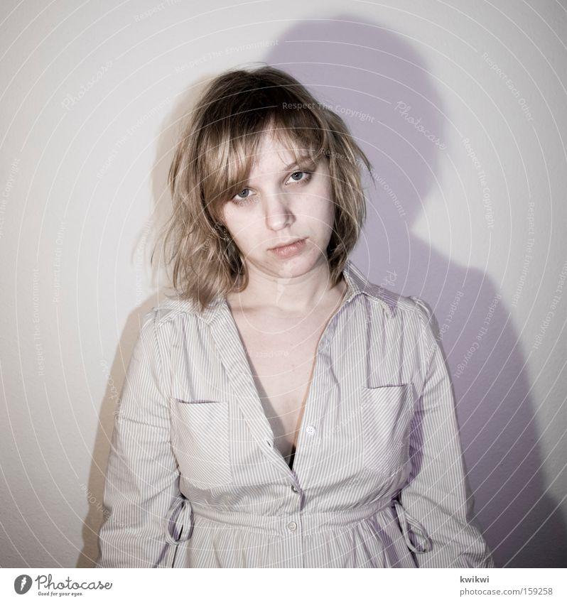 vorne Frau Gesicht grau Traurigkeit blond Trauer Hemd Rauschmittel Langeweile Geister u. Gespenster bleich matt blassblau