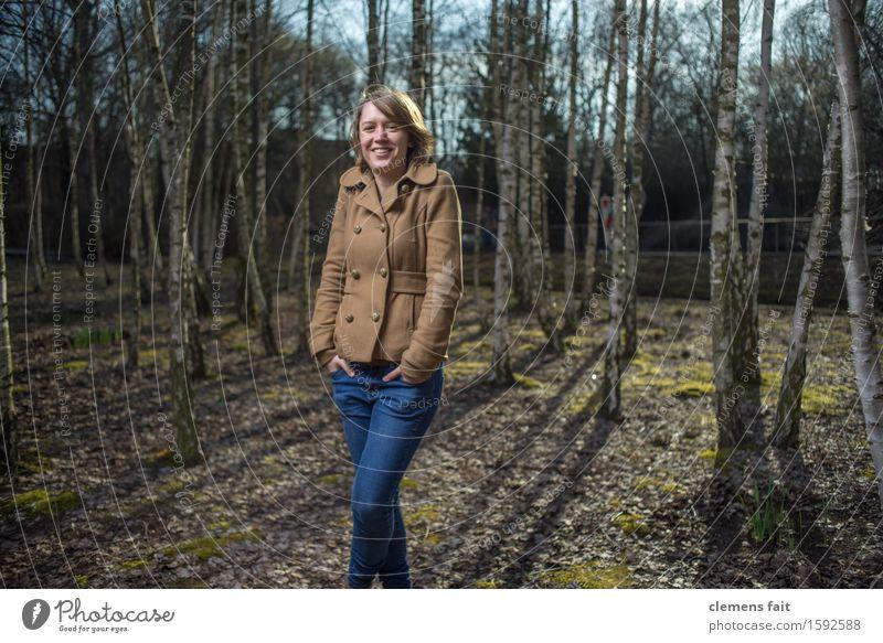 Im Birkenhain V Wald Wäldchen Mädchen Junge Frau Model Gegenlicht Natur Schatten Sonne Jacke Mantel blau Streiflicht Bekleidung Frühling Blitzlichtaufnahme Baum