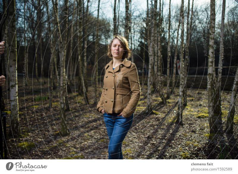 Im Birkenhain III Junge Frau Mädchen Wald Mode braun Park Bekleidung Körperhaltung Jeanshose Jacke Gesichtsausdruck Nachmittag Wäldchen