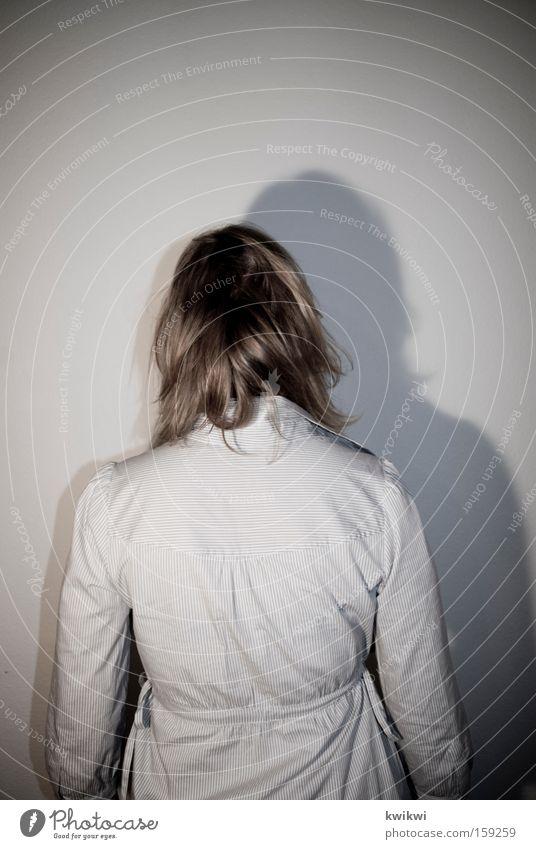 hinten Frau Haare & Frisuren Trauer matt Langeweile Geister u. Gespenster Rauschmittel Hemd blond blassblau bleich grau Traurigkeit