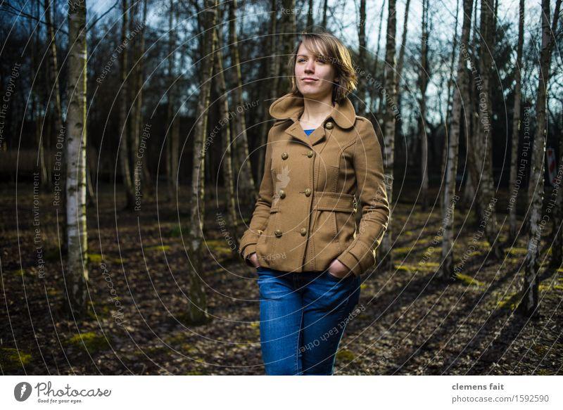 Im Birkenhain II Junge Frau Mädchen Wald Mode braun Park Bekleidung Körperhaltung Jeanshose Jacke Nachmittag Wäldchen