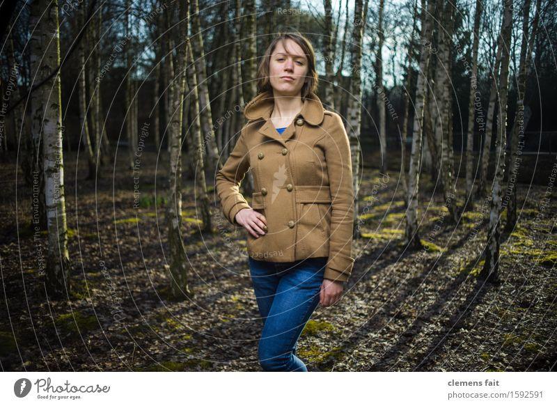 Im Birkenhain I feminin Junge Frau Jugendliche 1 Mensch 18-30 Jahre Erwachsene Umwelt Baum Park Wald Bekleidung Jeanshose Mantel blond kurzhaarig Erholung